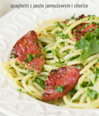 Spaghetti z pesto jarmużowym i chorizo