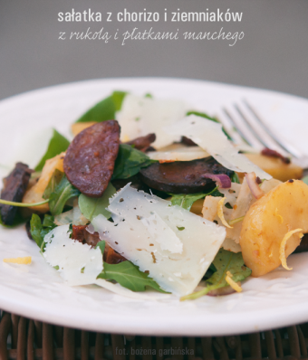 Sałatka z chorizo i ziemniaków z rukolą i płatkami manchego