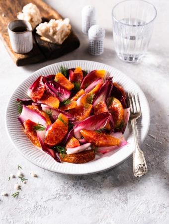 Sałatka z czerwonych pomarańczy i czerwonej cykorii
