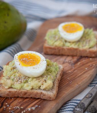 Tost z awokado i jajkiem na miękko