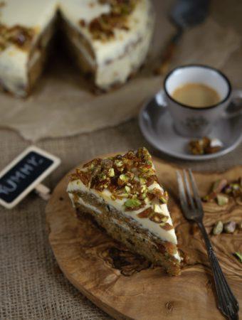 Ciasto z marchewką, pasternakiem i cukinią z pistacjową praliną